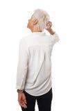 Ηλικιωμένη γυναίκα που γρατσουνίζει το κεφάλι της στοκ εικόνα με δικαίωμα ελεύθερης χρήσης