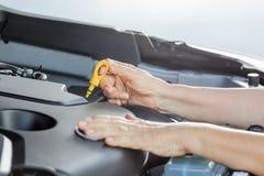 Ηλικιωμένη γυναίκα που επισκευάζει το αυτοκίνητό της Στοκ εικόνα με δικαίωμα ελεύθερης χρήσης