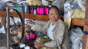 Ηλικιωμένη γυναίκα που εργάζεται στο εργοστάσιο Inlay, το Μιανμάρ απόθεμα βίντεο