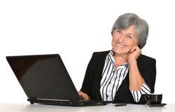 Ηλικιωμένη γυναίκα που εργάζεται στο lap-top Στοκ Εικόνα