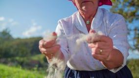 Ηλικιωμένη γυναίκα που ελέγχει το μαλλί απόθεμα βίντεο