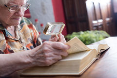 Ηλικιωμένη γυναίκα που διαβάζει ένα βιβλίο Στοκ εικόνες με δικαίωμα ελεύθερης χρήσης