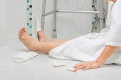 Ηλικιωμένη γυναίκα που πέφτει στο λουτρό Στοκ εικόνες με δικαίωμα ελεύθερης χρήσης