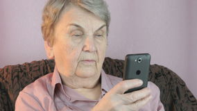 Ηλικιωμένη γυναίκα που παίρνει selfie χρησιμοποιώντας το κινητό τηλέφωνο απόθεμα βίντεο