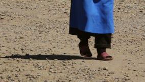 Ηλικιωμένη γυναίκα που περπατά σε μια εθνική οδό απόθεμα βίντεο
