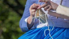 Ηλικιωμένη γυναίκα που πλέκει το βαμβάκι φιλμ μικρού μήκους