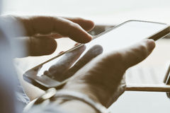 Ηλικιωμένη γυναίκα που χρησιμοποιεί το τηλέφωνό της Στοκ Εικόνες
