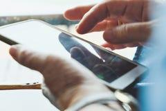 Ηλικιωμένη γυναίκα που χρησιμοποιεί το τηλέφωνό της Στοκ εικόνα με δικαίωμα ελεύθερης χρήσης