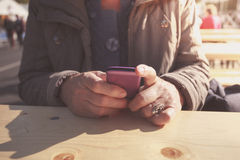Ηλικιωμένη γυναίκα που χρησιμοποιεί το smartphone υπαίθρια Στοκ εικόνα με δικαίωμα ελεύθερης χρήσης