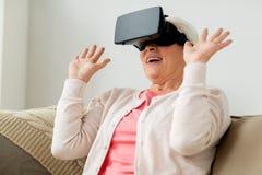 Ηλικιωμένη γυναίκα στην κάσκα εικονικής πραγματικότητας ή τα τρισδιάστατα γυαλιά Στοκ φωτογραφίες με δικαίωμα ελεύθερης χρήσης