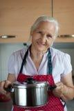 Ηλικιωμένη γυναίκα στην κουζίνα στοκ φωτογραφία με δικαίωμα ελεύθερης χρήσης