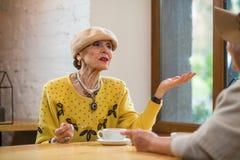 Ηλικιωμένη γυναίκα στον καφέ Στοκ Εικόνα