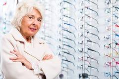 Ηλικιωμένη γυναίκα στο κατάστημα οπτικών στοκ φωτογραφία με δικαίωμα ελεύθερης χρήσης