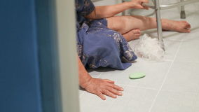 Ηλικιωμένη γυναίκα στο λουτρό απόθεμα βίντεο
