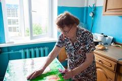 Ηλικιωμένη γυναίκα στο σπίτι Στοκ εικόνες με δικαίωμα ελεύθερης χρήσης