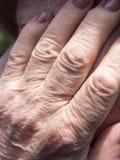 ηλικιωμένη γυναίκα χεριών Στοκ φωτογραφίες με δικαίωμα ελεύθερης χρήσης