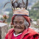 Ηλικιωμένη γυναίκα ifugao στο εθνικό φόρεμα δίπλα στα πεζούλια ρυζιού Banaue, Φιλιππίνες Στοκ Εικόνα