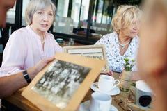 Ηλικιωμένη ιστορία αφήγησης γυναικών στοκ φωτογραφίες