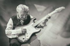 Ηλικιωμένη κιθάρα παιχνιδιού γυναικών, διπλή έκθεση στοκ φωτογραφία