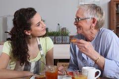 Ηλικιωμένη κυρία και grandaughter κατανάλωση στοκ φωτογραφίες