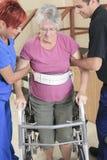 Ηλικιωμένη κυρία με τους φυσιοθεραπευτές της στο α Στοκ εικόνα με δικαίωμα ελεύθερης χρήσης