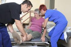Ηλικιωμένη κυρία με τους φυσιοθεραπευτές της στο α Στοκ Εικόνα