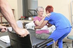 Ηλικιωμένη κυρία με τους φυσιοθεραπευτές της στο α Στοκ Εικόνες