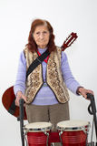Ηλικιωμένη κυρία με το rollator και τα μουσικά όργανα Στοκ φωτογραφία με δικαίωμα ελεύθερης χρήσης