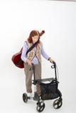 Ηλικιωμένη κυρία με το rollator και τα μουσικά όργανα Στοκ εικόνα με δικαίωμα ελεύθερης χρήσης