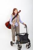 Ηλικιωμένη κυρία με το rollator και τα μουσικά όργανα Στοκ Εικόνες
