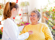 Ηλικιωμένη οικιακή φροντίδα στοκ φωτογραφίες με δικαίωμα ελεύθερης χρήσης
