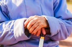 ηλικιωμένη πολύ γυναίκα χεριών Στοκ Εικόνες