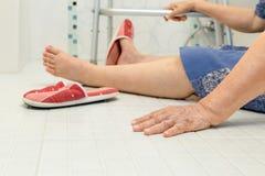 Ηλικιωμένη πτώση στο λουτρό Στοκ Εικόνες