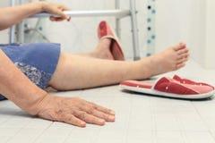 Ηλικιωμένη πτώση στο λουτρό Στοκ Φωτογραφία