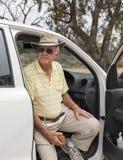 Ηλικιωμένη συνεδρίαση ατόμων στο ανοιχτό φορτηγό Στοκ εικόνες με δικαίωμα ελεύθερης χρήσης