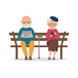 Ηλικιωμένη συνεδρίαση ζευγών σε έναν πάγκο με τις συσκευές Στοκ εικόνες με δικαίωμα ελεύθερης χρήσης