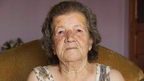 Ηλικιωμένη συνταξιούχος γυναίκα που γελά στο εσωτερικό απόθεμα βίντεο
