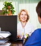 Ηλικιωμένος γιατρός που έχει τις θετικές ειδήσεις για ένα πρόσωπο Στοκ εικόνα με δικαίωμα ελεύθερης χρήσης