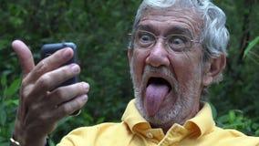 Ηλικιωμένος ηληκιωμένος που παίρνει Selfie φιλμ μικρού μήκους