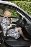 Ηλικιωμένος οδηγός γυναικών που στερεώνει τη μόνη ζώνη σε ένα αυτοκίνητο Στοκ φωτογραφίες με δικαίωμα ελεύθερης χρήσης