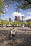 Ηλικιωμένος περίπατος ζευγών σε Plein στην ολλανδική πόλη της Χάγης Στοκ εικόνα με δικαίωμα ελεύθερης χρήσης