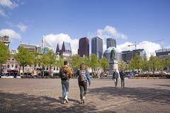 Ηλικιωμένος περίπατος ζευγών σε Plein στη Χάγη την ημέρα άνοιξη Στοκ Φωτογραφίες