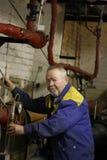 Ηλικιωμένος σοβαρός αρσενικός μηχανικός που εργάζεται στον εξοπλισμό Στοκ φωτογραφία με δικαίωμα ελεύθερης χρήσης