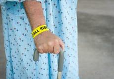 Ηλικιωμένο άτομο ένας κίνδυνος πτώσης Στοκ φωτογραφίες με δικαίωμα ελεύθερης χρήσης