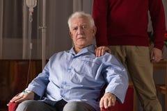 Ηλικιωμένο άτομο με τη intavenous σταλαγματιά στοκ φωτογραφίες