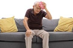 Ηλικιωμένο άτομο που έχει έναν πονοκέφαλο Στοκ Εικόνες