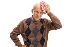 Ηλικιωμένο άτομο που δοκιμάζει έναν πονοκέφαλο Στοκ Εικόνες