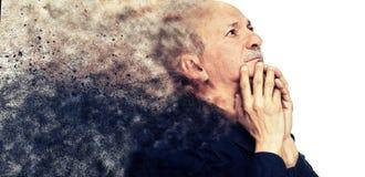 Ηλικιωμένο άτομο που φαίνεται επάνω σκεπτόμενο Στοκ Εικόνες