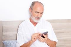 Ηλικιωμένο άτομο που χρησιμοποιεί app Στοκ φωτογραφία με δικαίωμα ελεύθερης χρήσης