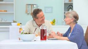 Ηλικιωμένο ζεύγος κατά τη διάρκεια του χρόνου μεσημεριανού γεύματος απόθεμα βίντεο